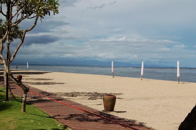 La plage de Sanur, le jour de Nyepi. Habituellement animée, elle est déserte ce jour de silence.
