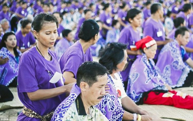 Record du monde  le plus grand massage de masse à Bali  © EPA (5)