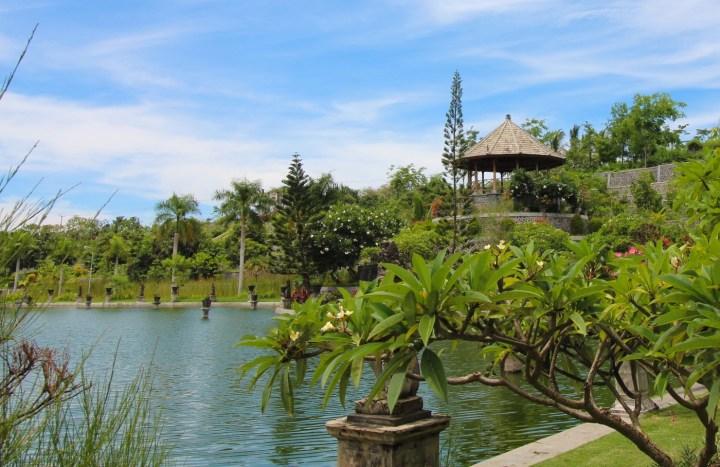 La petite maison ouverte et toute ronde, c'est le Balai Bundar. Elle mixe les styles balinais et européens et le roi y pratiquait le yoga.