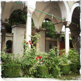Der Innenhof ist wie bei vielen Moscheen mit Rosen, der Königin unter den Blumen, bepflanzt (Foto: balkanblogger.com)