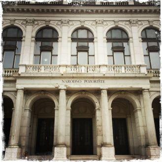 Weitere Sehenswürdigkeiten dieser Zeit sind das Nationaltheater … (Foto: balkanblogger.com)