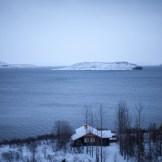 … oder man hält freiwillig am Rand an, um die Sicht auf die Natur zu geniessen, wie etwa auf diesen See mit Eisbergen. Mal werden wir von Isländern begleitet, die neben unserem Land Rover galoppieren, oder ich muss einfach mal ein schönes Holzhaus, das einsam in der Winterprärie steht, fotografieren (Foto: Markus Hofmann/White-photo.com)