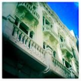 Die Fußgängerzone Calle Mayor de Tirana ist gesäumt von wunderschönen Häusern im Jugendstil, die etwa um 1900 erbaut wurden. (Foto: balkanblogger.com)