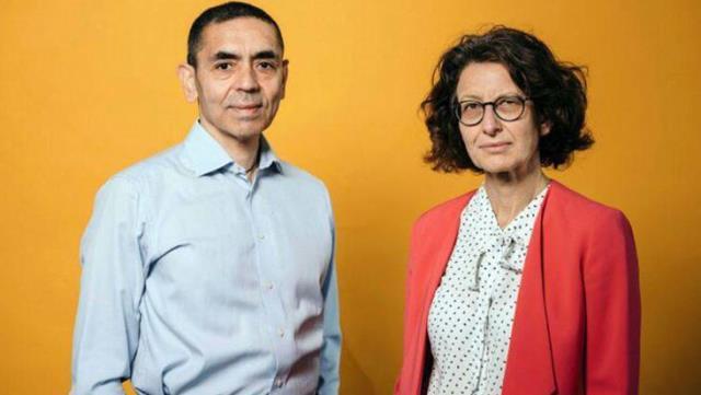 Bakan Koca, Almanya'da liyakat nişanı alan Dr. Özlem Türeci ve Prof. Dr. Uğur Şahin'i tebrik etti