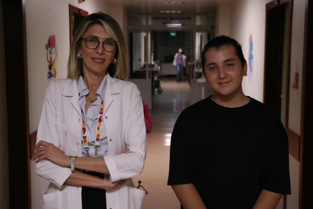 """Hastanede Kovid-19 tedavisi gören gençten yaşıtlarına """"aşı olun"""" çağrısı"""