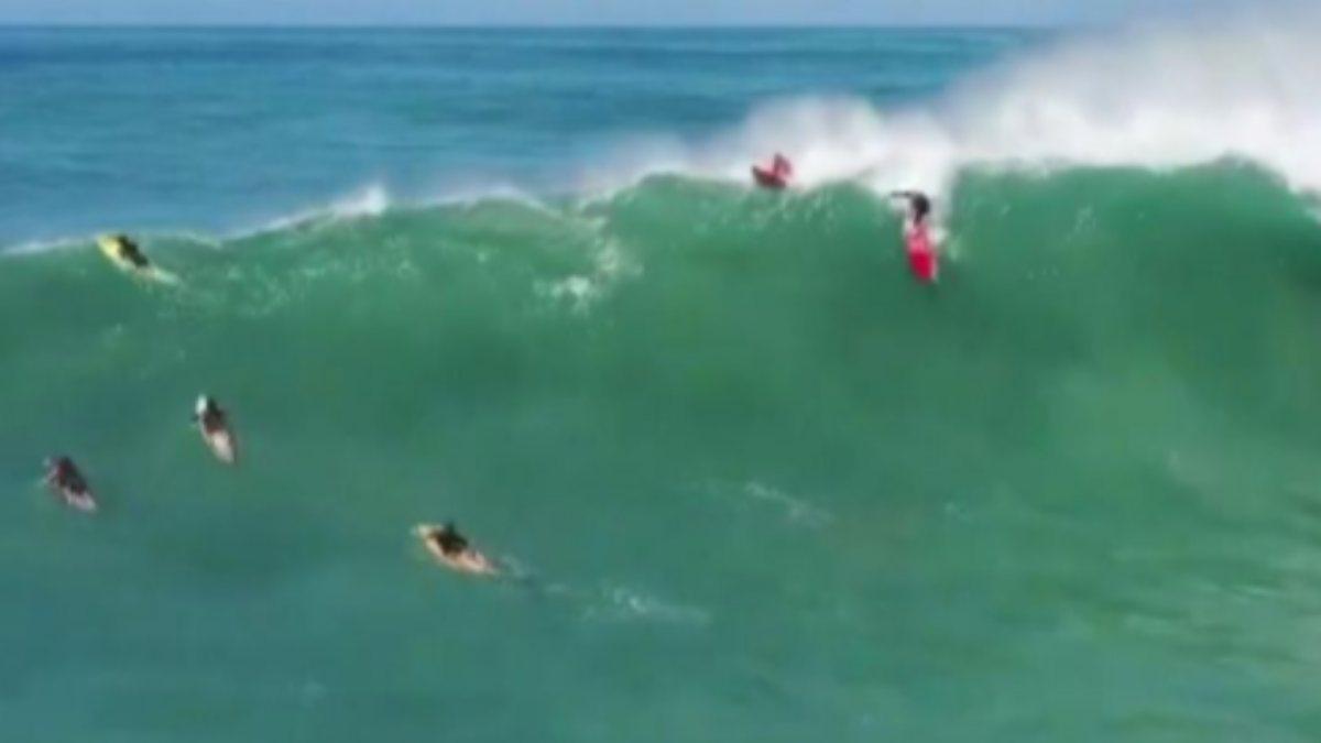Havai'de dev dalgalarla sörf yaptılar