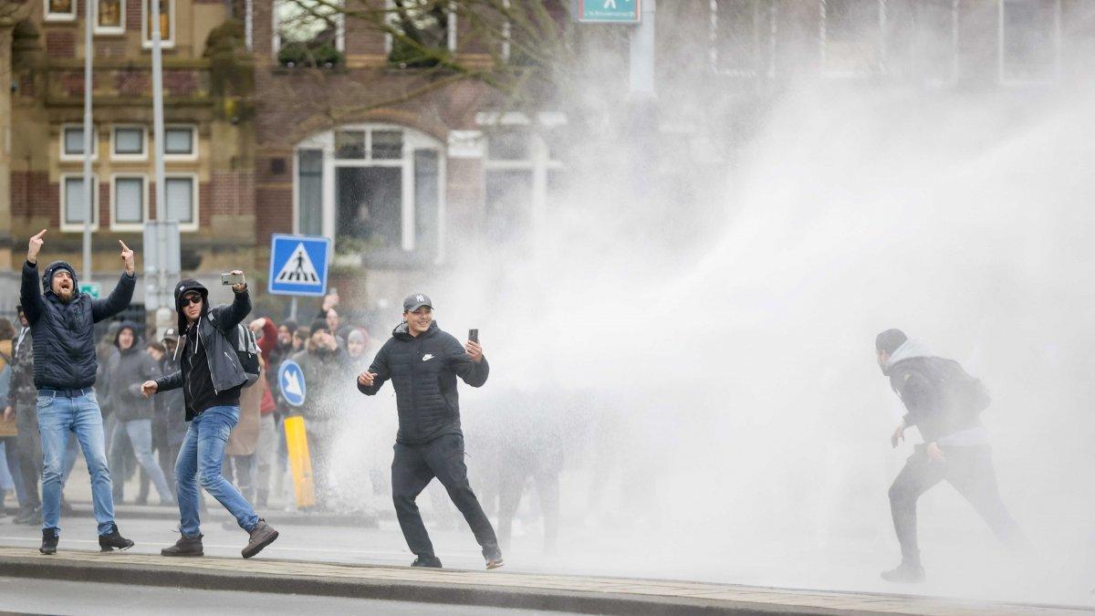 Hollanda'da koronavirüs kısıtlamaları karşıtı protesto: 30 gözaltı