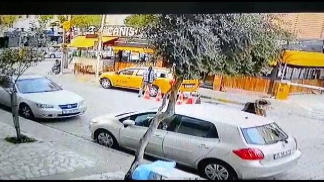 İzmir'de film gibi olay: Kaçırdığı taksi ile yayaya çarpan kadın, kovalamaca sonucu yakalandı