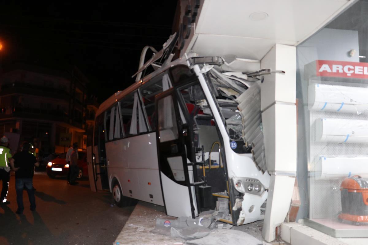 İzmir'de işçi servisi beyaz eşya mağazasına çarptı: 12 yaralı