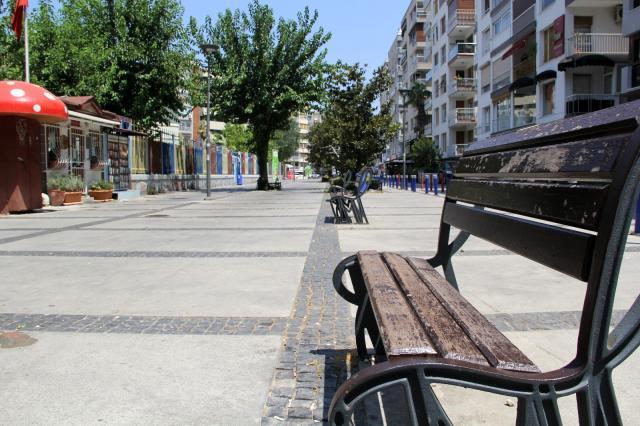 İzmir'de sahiller doldu, kent merkezi boş kaldı