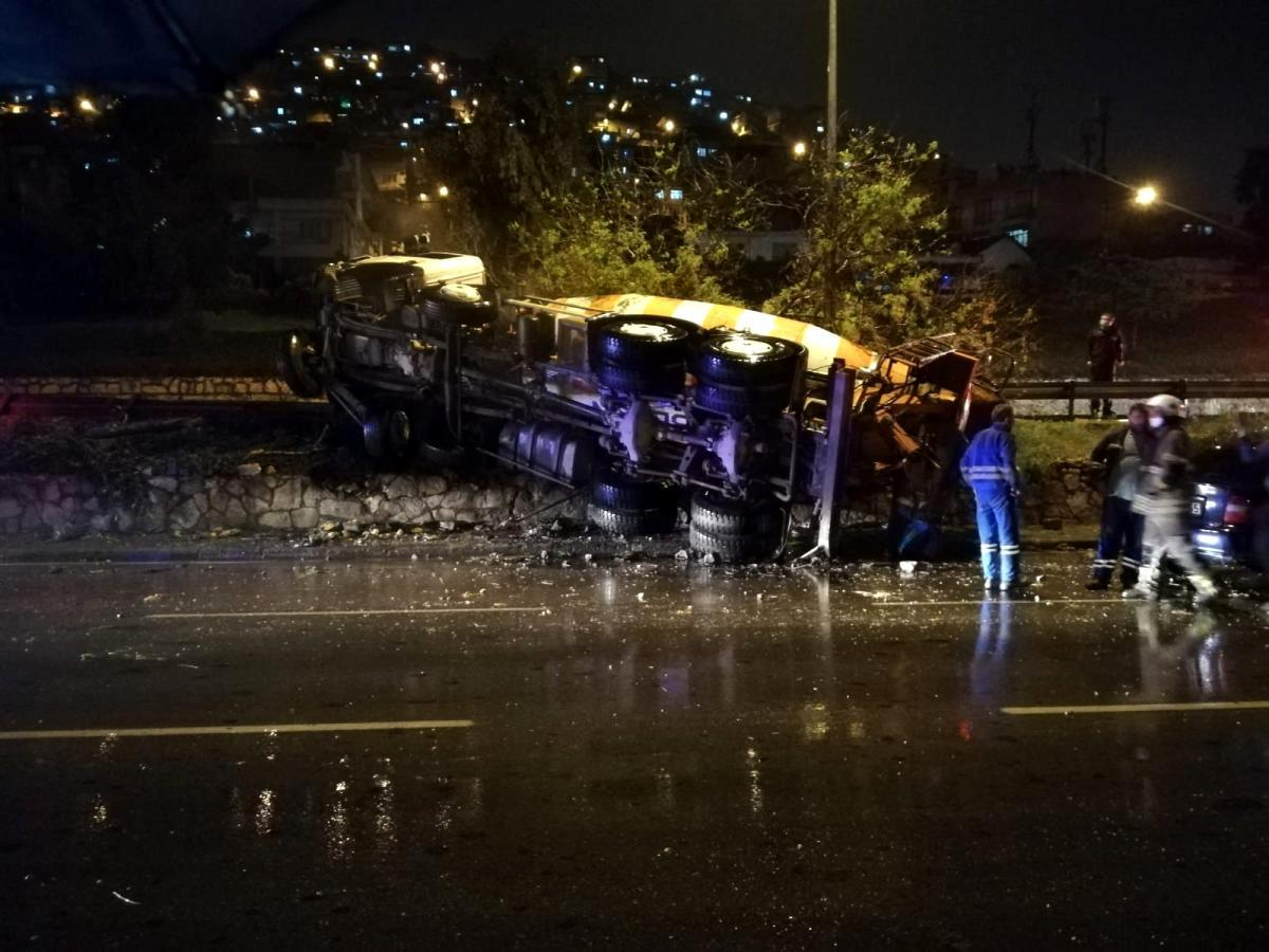 İzmir'de sürücüsünün kontrolünden çıkan beton mikseri devrildi