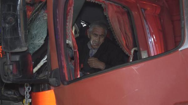Kamyon trafik levhasına çarptı: Araçta sıkışan sürücü bir saatte kurtarıldı