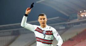 Ronaldo'nun Sırbistan maçında fırlattığı kol bandı, SMA hastası bir bebeğe yardım için 75 bin dolara satıldı