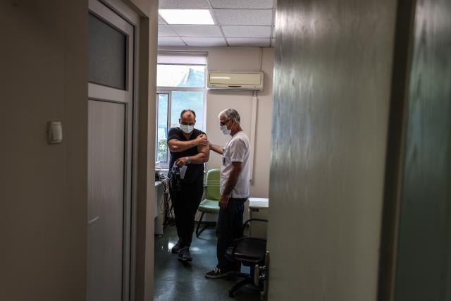 Sağlık çalışanları bu yıl Babalar Günü'nü aşı polikliniklerinde geçiriyor