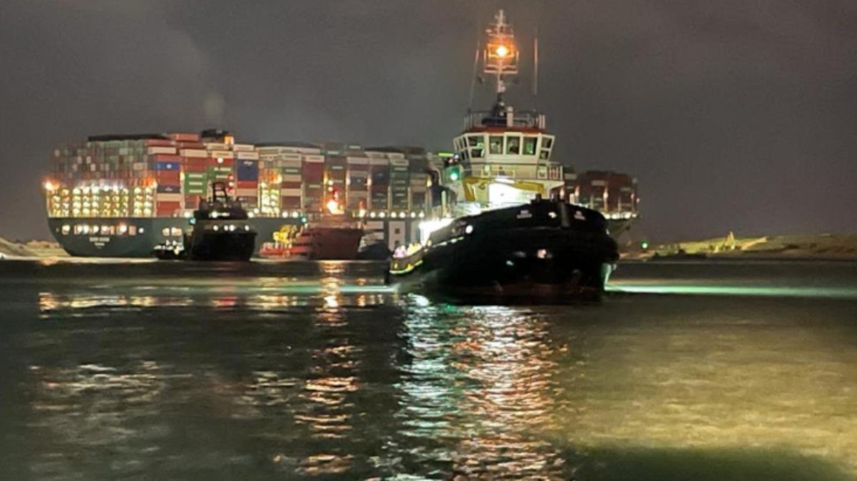 Süveyş Kanalı'nda karaya oturan konteyner gemisi kurtarma çalışmalarında 30 metre hareket ettirildi