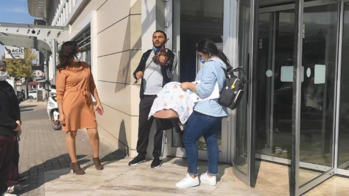 Taburcu olan bebeğini hastane kapısında kemanla karşıladı