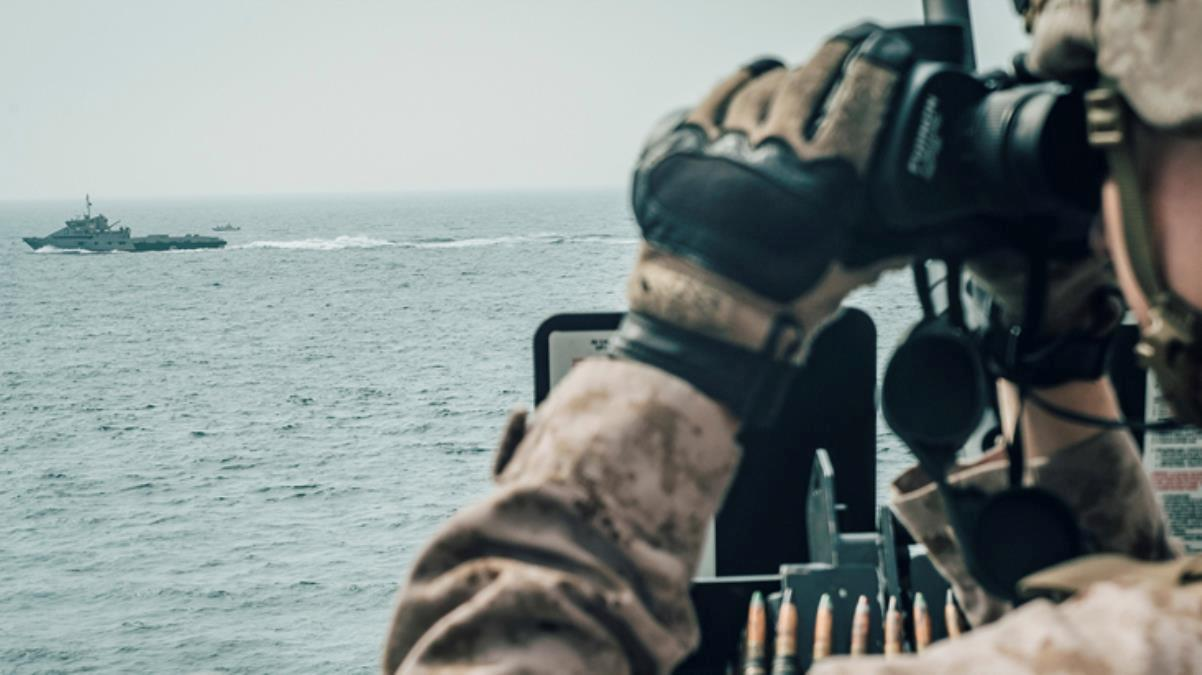 Tansiyon bir anda yükseldi! ABD ve İran gemileri kafa kafaya geldi, donanma uyarı ateşi açtı