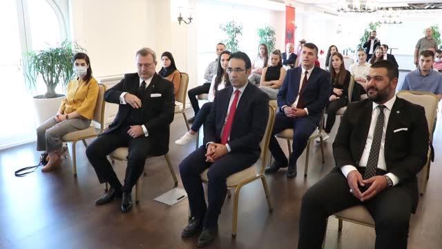 Türkiye'nin Tiran Büyükelçisi Yörük, Arnavut öğrencilerle bir araya geldi