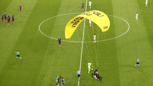 Yeni moda sahaya paraşütle atlamak! Fransa-Almanya maçında davetsiz protestocu