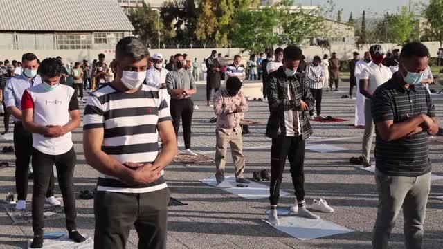 Yunanistan'da Ramazan Bayramı namazı salgın önlemleriyle kılındı
