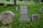 También hay lápidas escritas en cirílico.