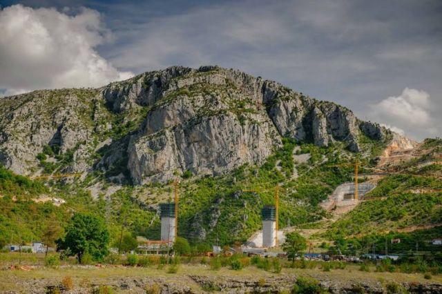Строительство моста через реку Морача. Фото: Cdm.me, Vedran Ilić