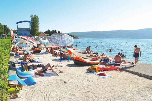 Пляж у отеля Kamelija в поселке Донья-Ластва. Фото: Apartmanikovacevic.com