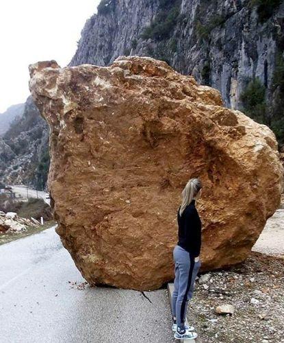 Кусок скалы на дороге к монастырю Острог. Фото: Rtcg.me