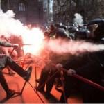 Ukrajina: Ultradesničari jurišali na Porošenka, sukob sa policijom