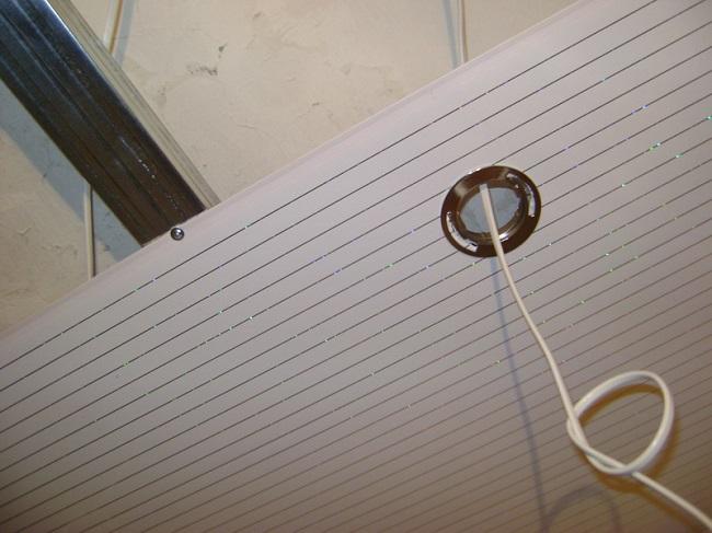 прокладка проводов и светильников в пластиковом потолке