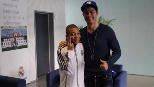 Kylian Mbappé con Cristiano Ronaldo