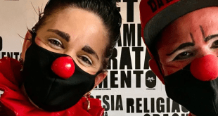 psychiatrist dresses as clowns