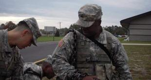 Sgt. Bruce Weaver wearing large chain - Photo from Yahoo! News