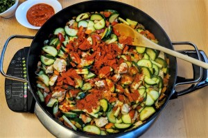 Gesunde Zucchini-Pfanne Getrocknete Paprika