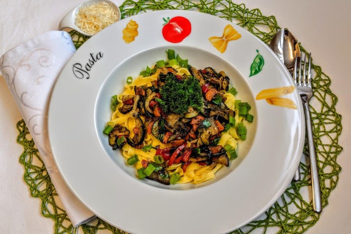 Schnelles mediterranes Gemüse auf Bandnudeln Rezept