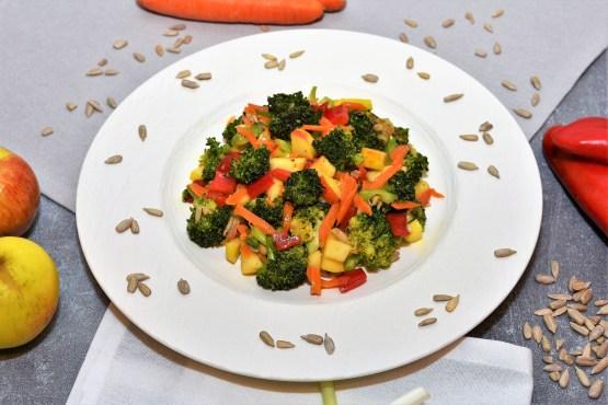 Brokkoli Salat mit gerösteten Brokkoli, so lecker kann gesund sein.