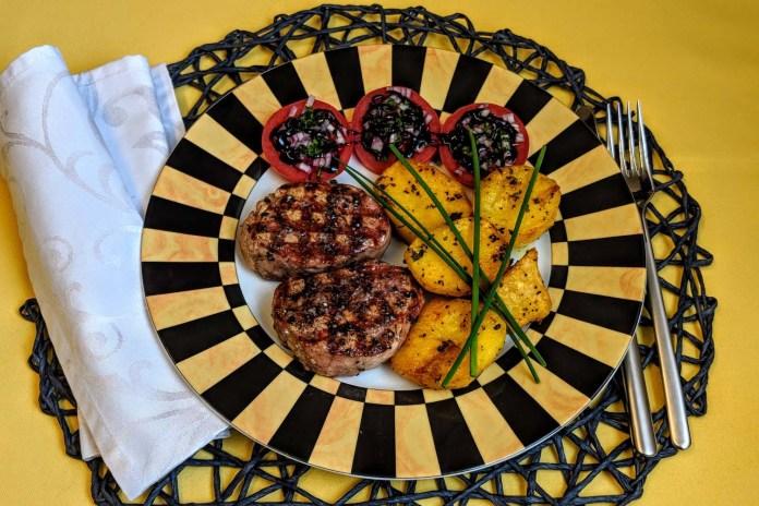 Schweinemedaillons und Kartoffel geschmackvoll grillen servieren
