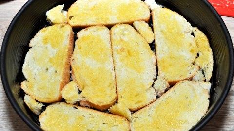 Pizza-Tarte aus altem Brot mit Butter bestreichen
