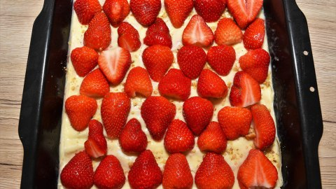 Schichtkuchen mit Joghurt-Erdbeeren