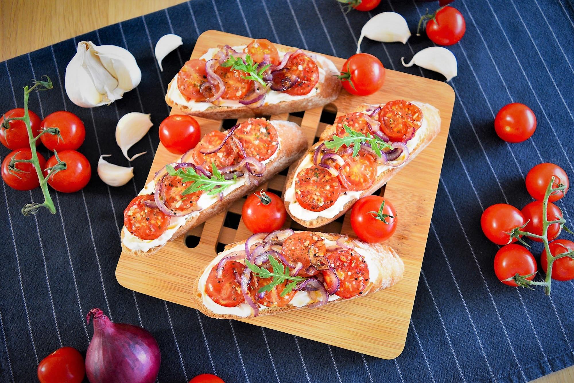 Baguette mit Frischkäse, Zwiebeln und Tomaten