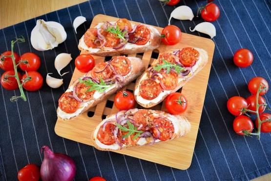 Baguette mit Frischkäse, Zwiebeln und Tomaten-Rezept-ballesworld