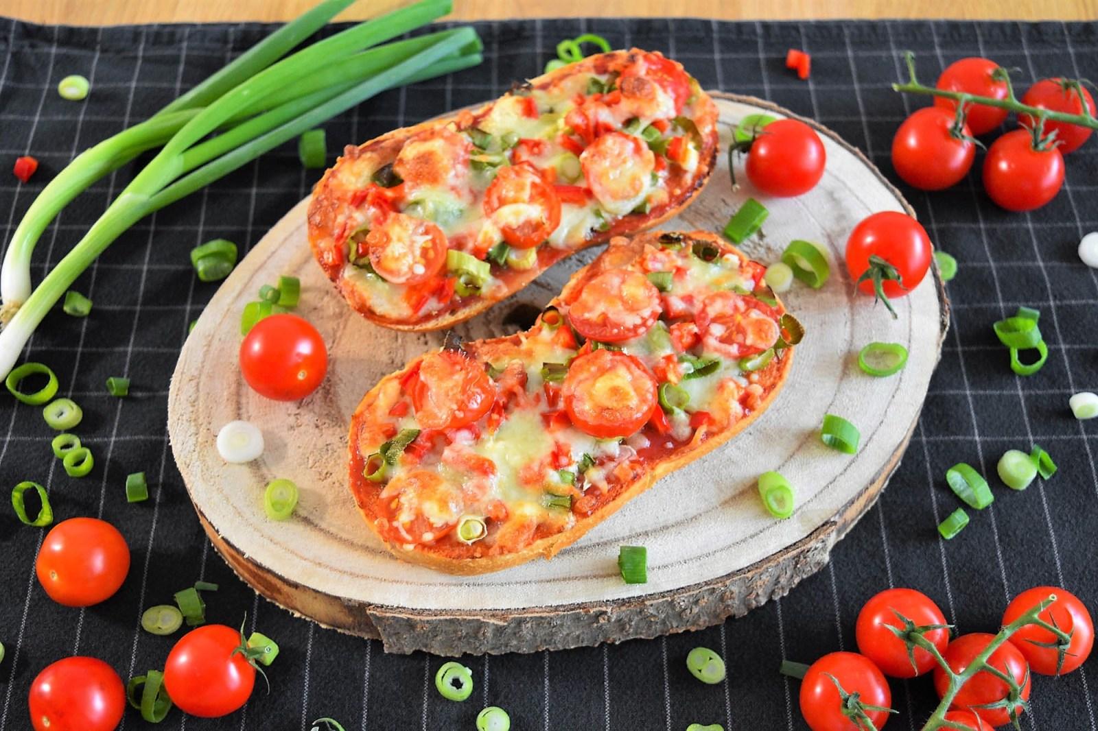 Vegetarische Pizzabrötchen mit frischem Gemüse-Rezept-ballesworld