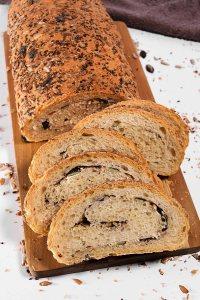 Brot mit Körnerfüllung-Backen-ballesworld