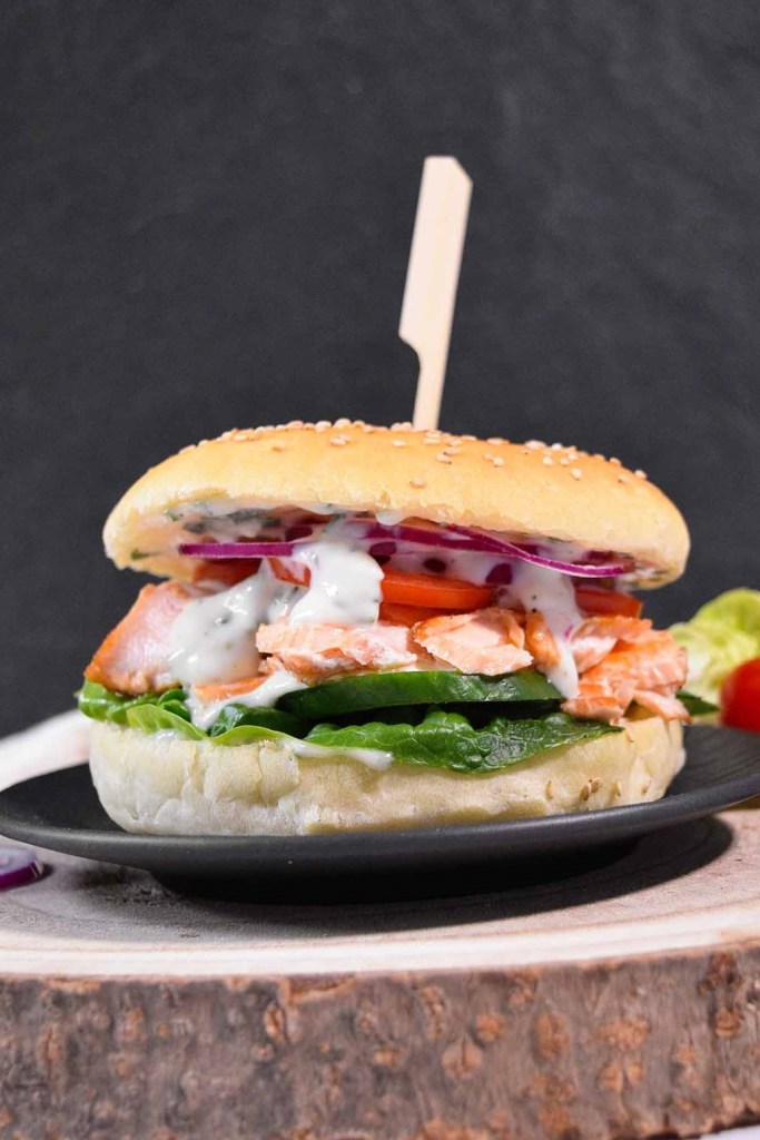 Pulled Lachs Burger mit Limettensoße-Fisch Burger-ballesworld