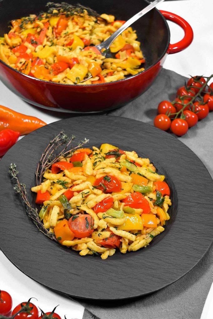 Spätzle mit gebratenem Gemüse-Pfannengericht-ballesworld