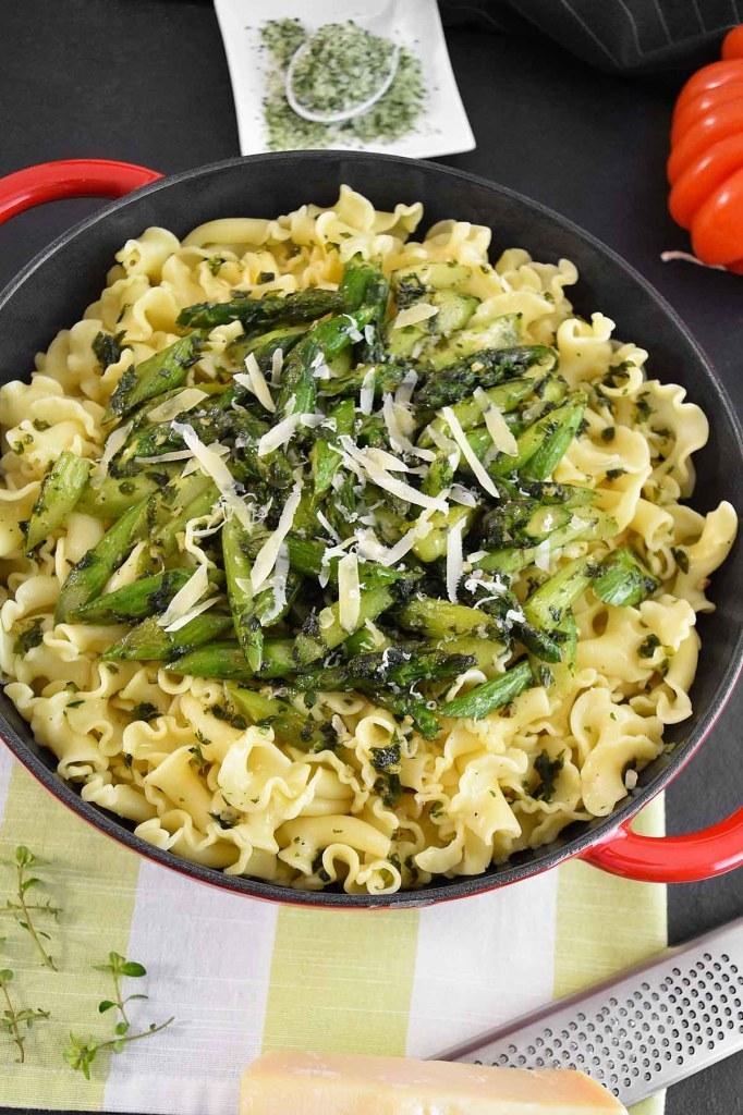 Nudeln mit grünem Spargel und frischen Kräutern-Pasta Gerichte-ballesworld