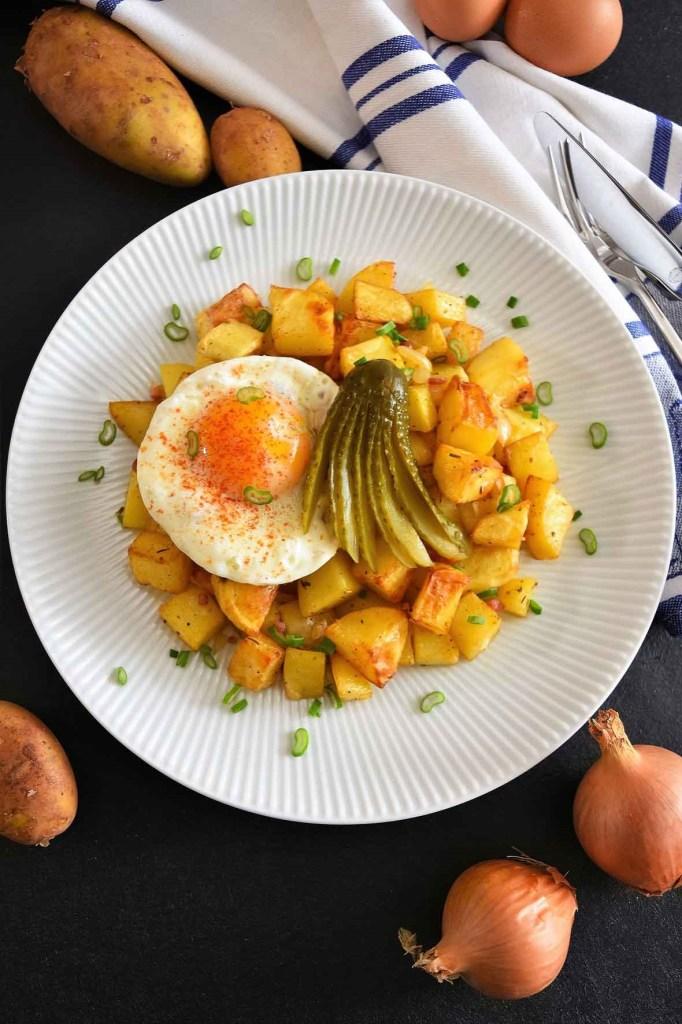 Bratkartoffeln mit Spiegelei und Gewürzgurke-Hauptgericht-ballesworld