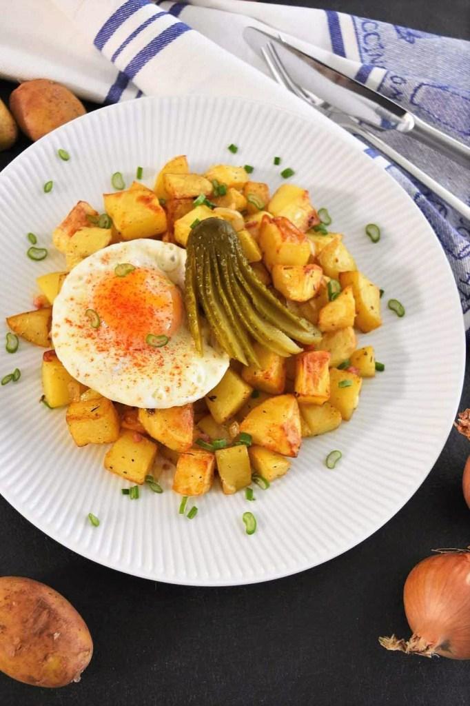 Bratkartoffeln mit Spiegelei und Gewürzgurke-Mittagessen-ballesworld