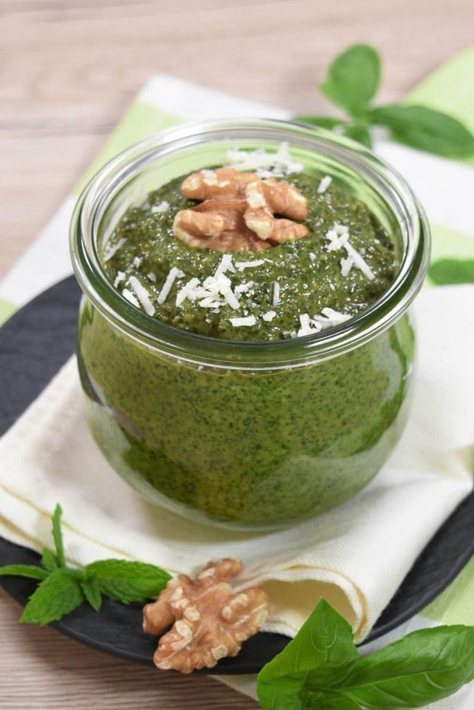 Basilikum-Minze Pesto mit Walnüssen-Gesund-ballesworld