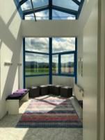 Blick in die Umkleide 1, Fenster im Hintergrund